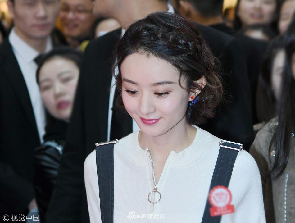 组图:赵丽颖露脸巧笑嫣然 穿背带裙女孩感十足
