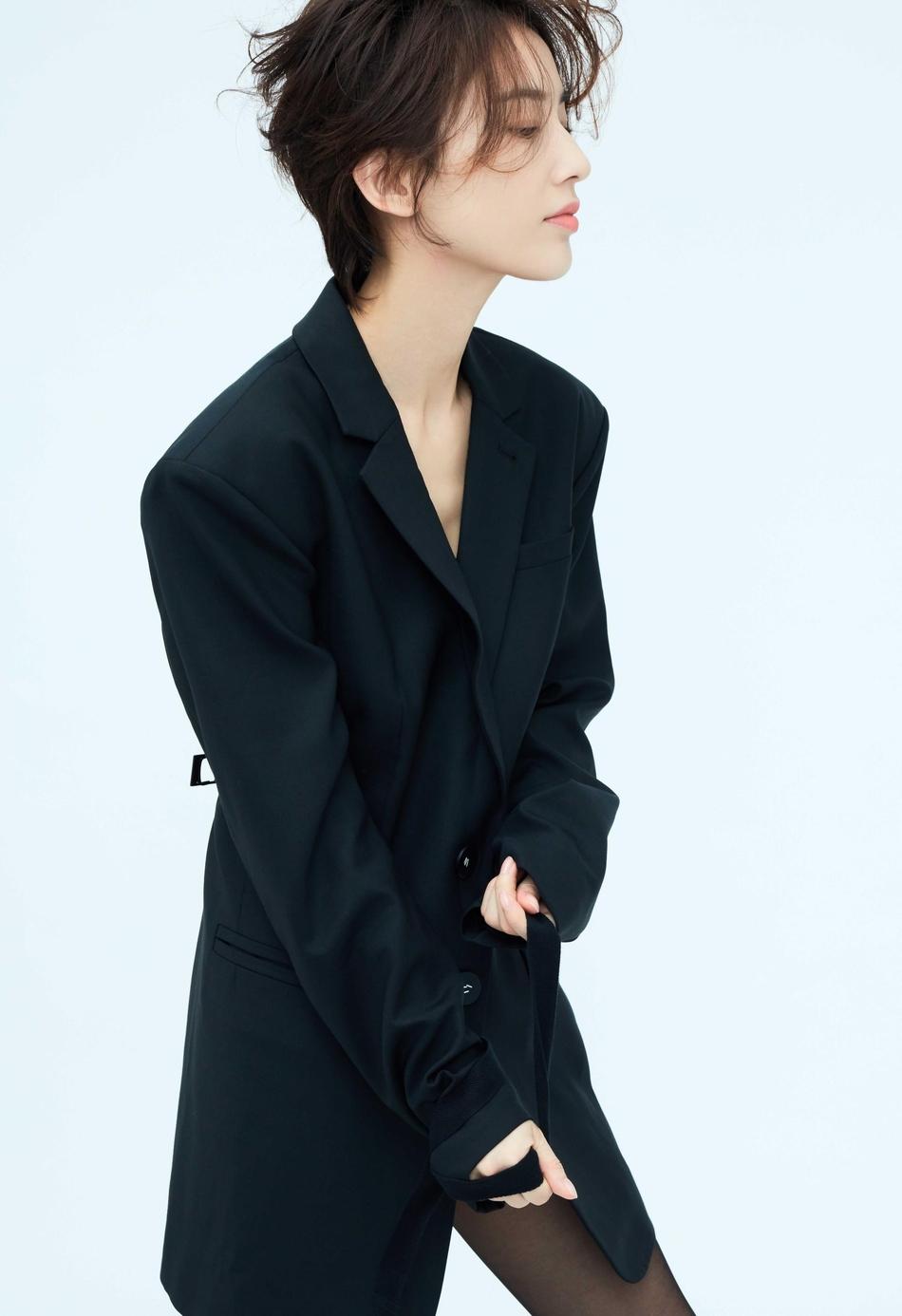 组图:黄圣依最新时髦写真曝光 干练西装显酷感魅力