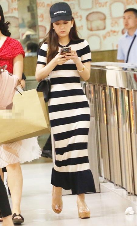 郭富城娇妻方媛与好友逛街 贴身长裙秀葫芦型身材