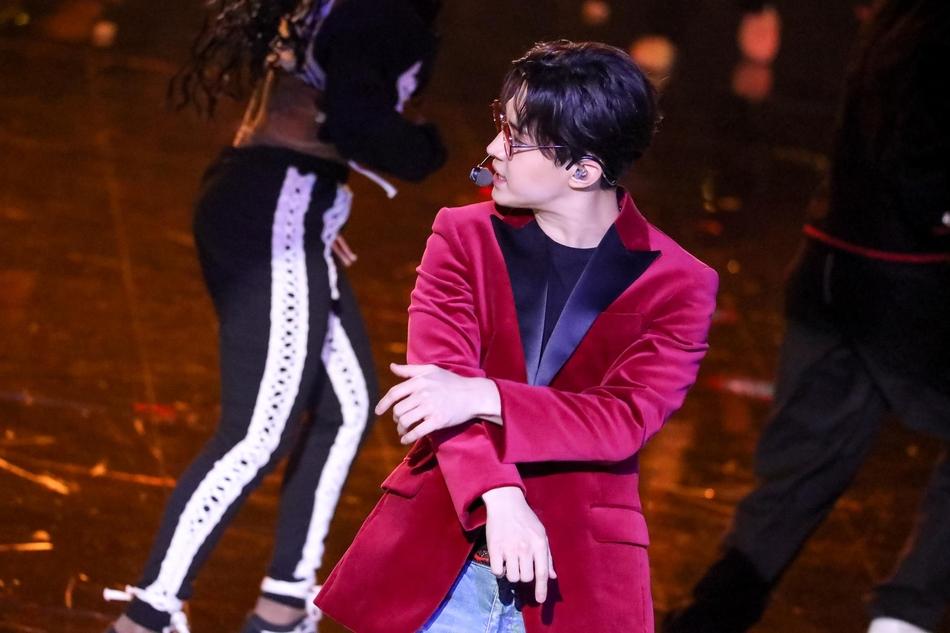 登上2017-2018湖南卫视跨年演唱会舞台.以一段钢琴演奏开场后,