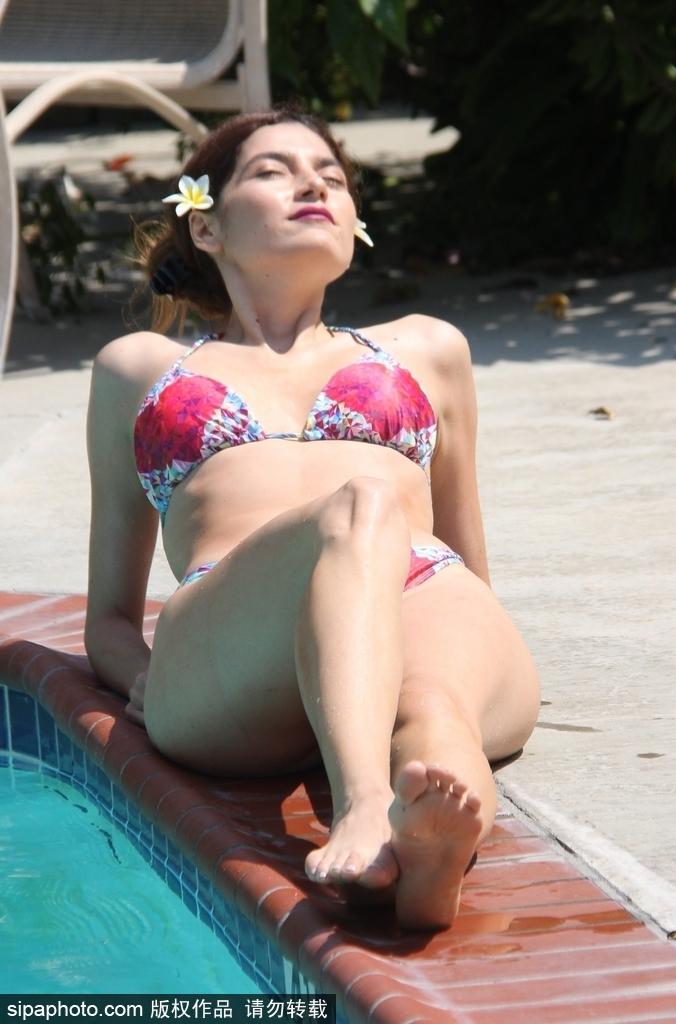 布兰卡·布兰科穿比基尼秀身材 泳池享受清凉时光