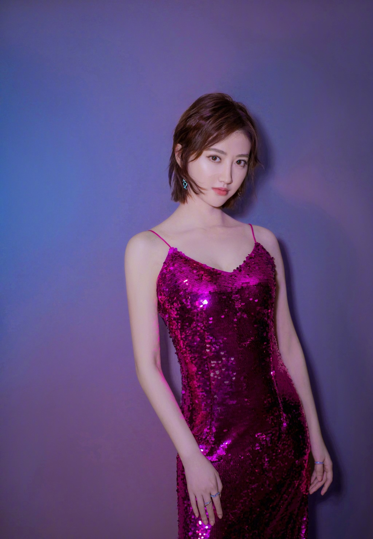 景甜倪妮吊带亮片裙PK谁更美?一个性感俏丽一个时髦高级