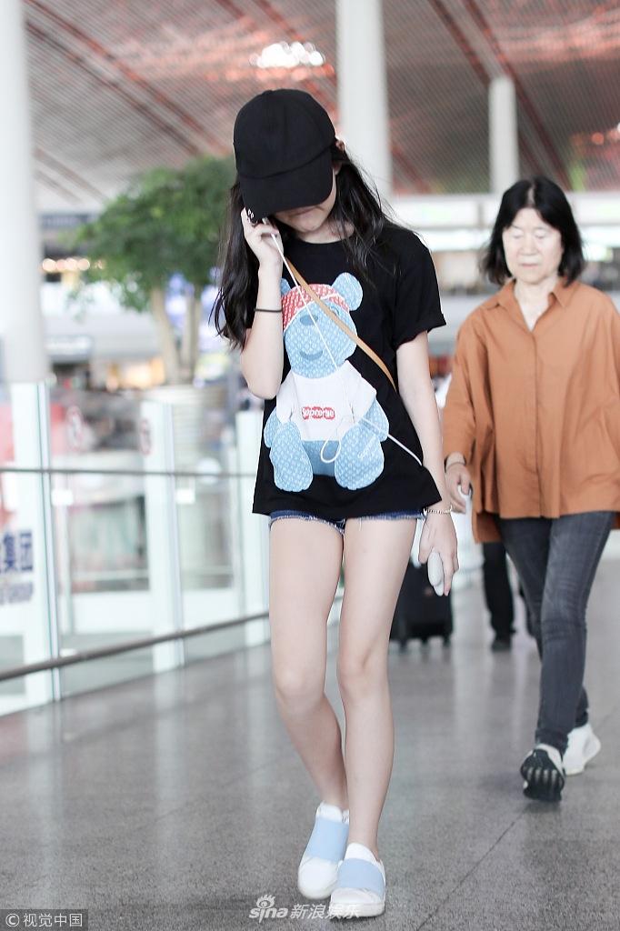李亚鹏携女儿巴黎走秀归来 李嫣长腿抢镜全程专心玩手机