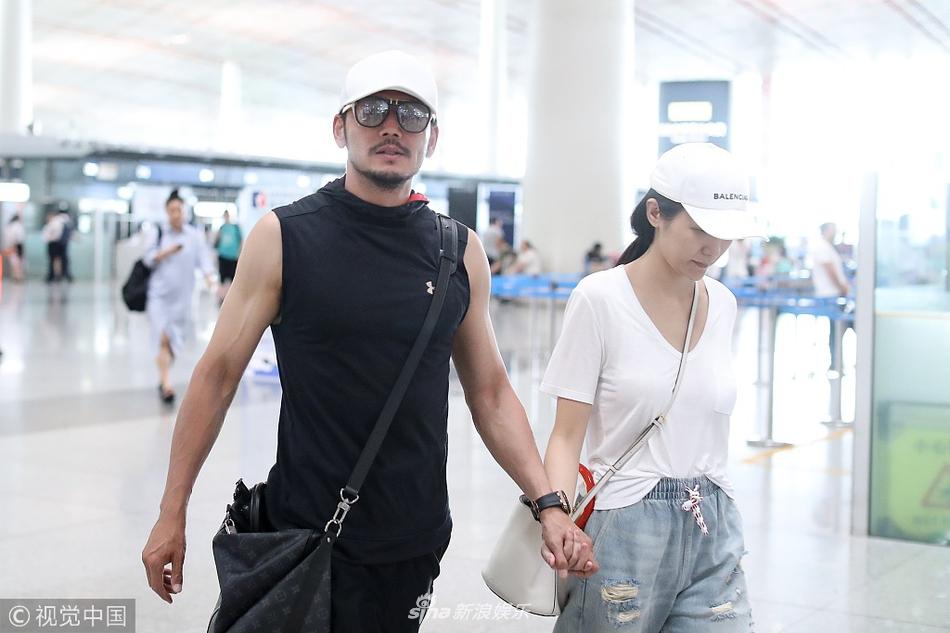 杨烁紧牵害羞老婆王黎雯对镜比v 两人机场逛书店文艺秀恩爱