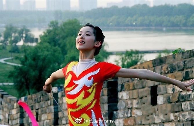 高清套图:奶茶妹妹穿紧身衣跳彩带舞秀身段 你看过吗?
