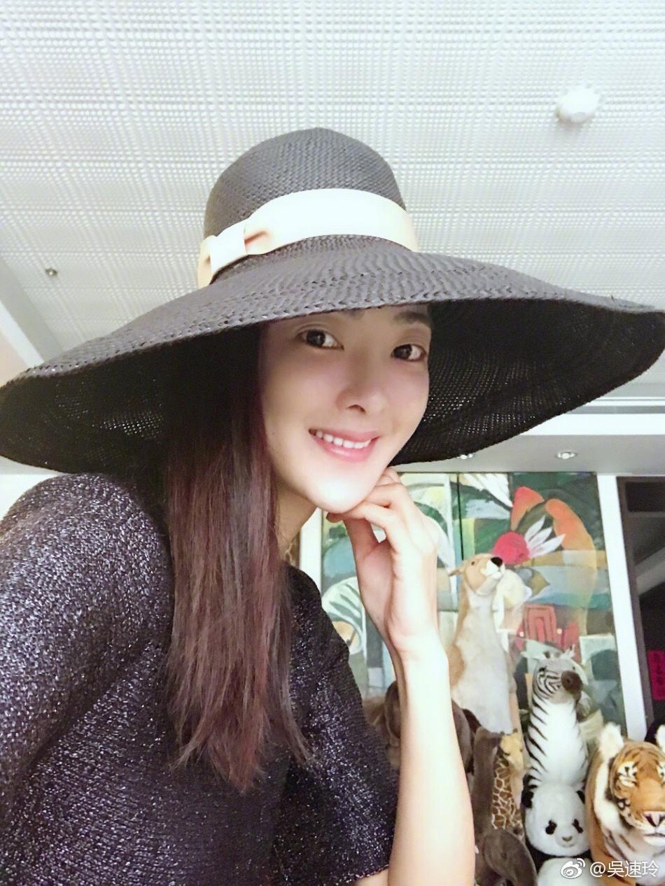 高清套图:曹格娇妻头顶超大宽檐帽 尽显名媛般优雅贵气