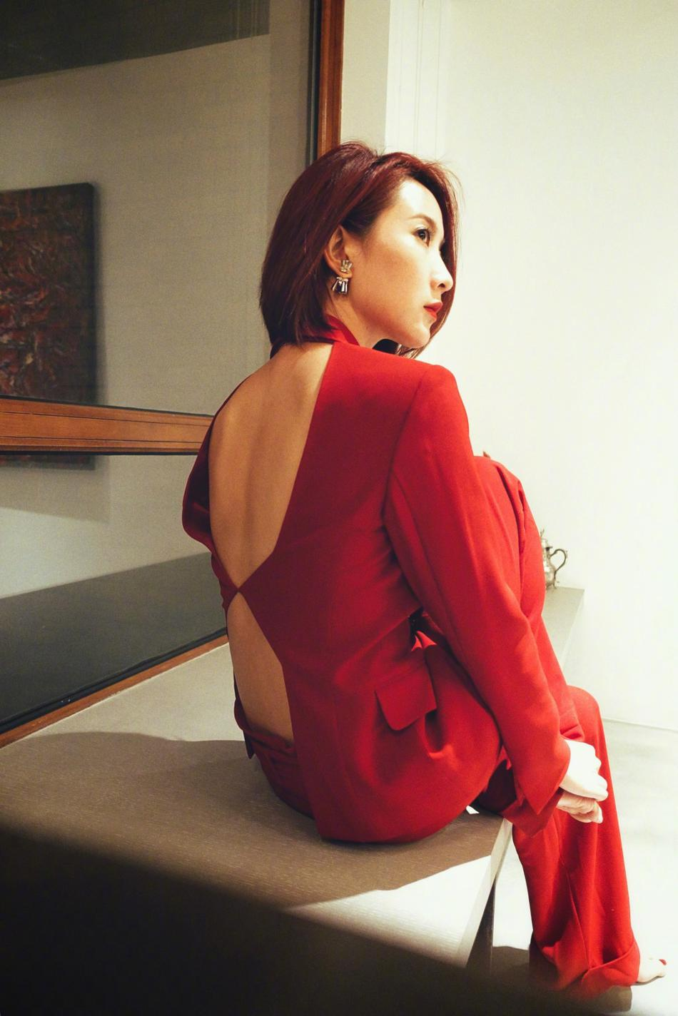 高清套图:陈赫前妻现身活动 深V红套装性感又干练