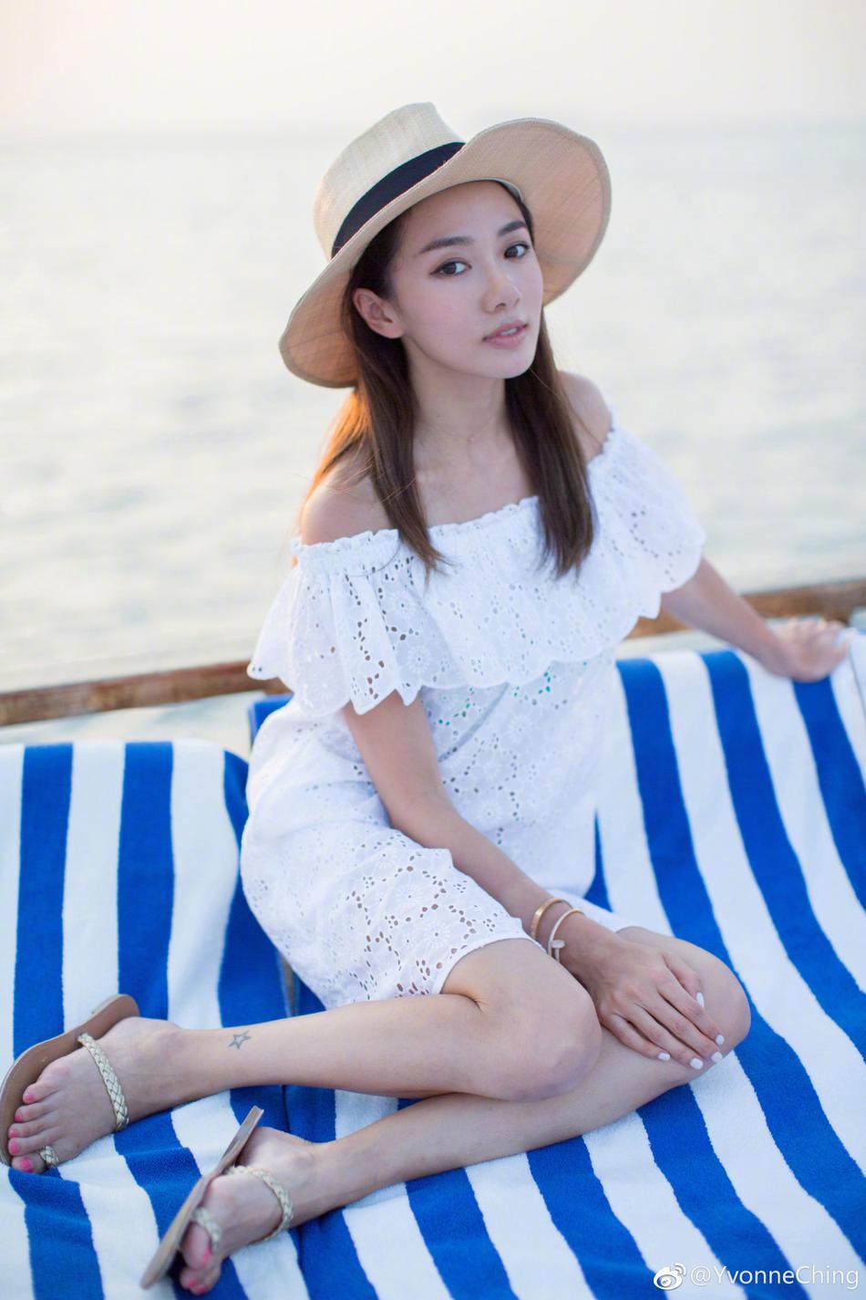 高清套图:郑恺女友美游马尔代夫 小白裙大秀香肩美腿
