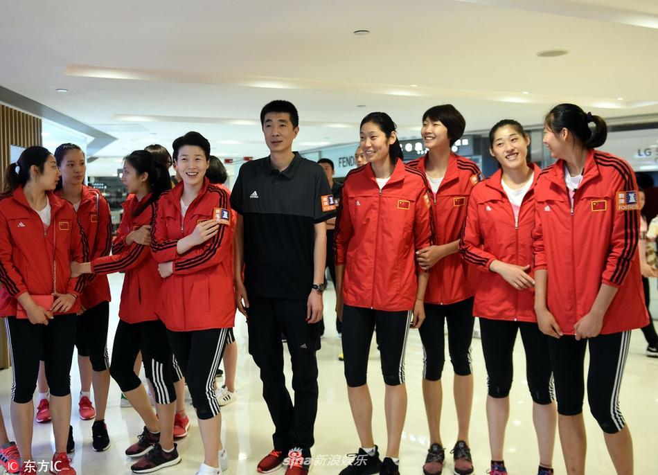 组图:女排队员香港Shopping舒缓压力
