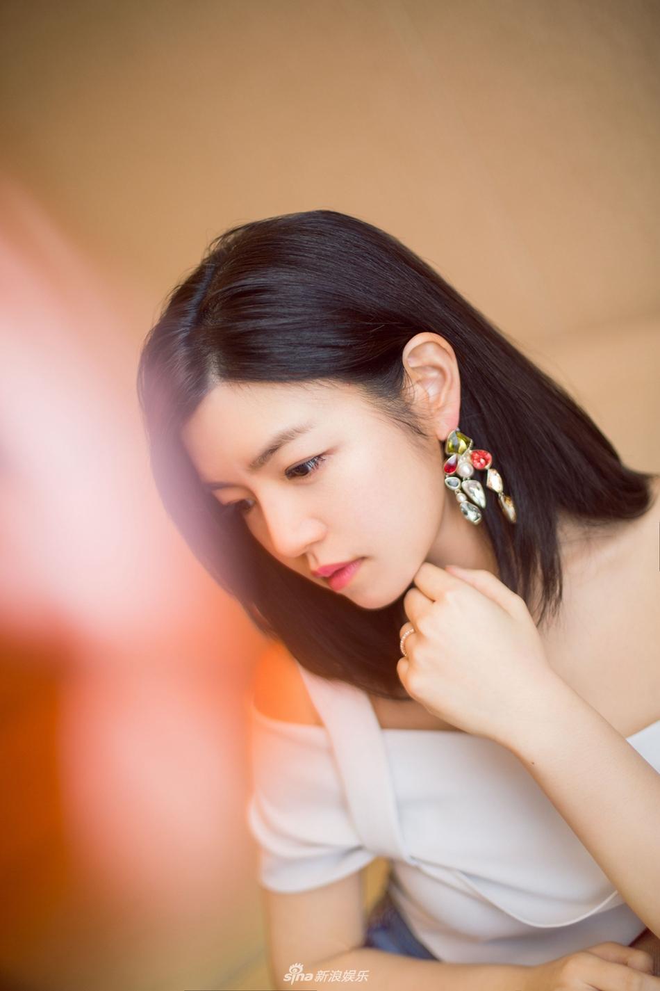 高清套图:陈妍希结婚周年现身 露肩装明媚柔美