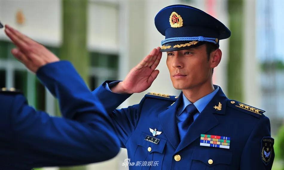 剧中扮演的各类军装照,致敬军人.照片中李光洁化身空军,帅出新图片