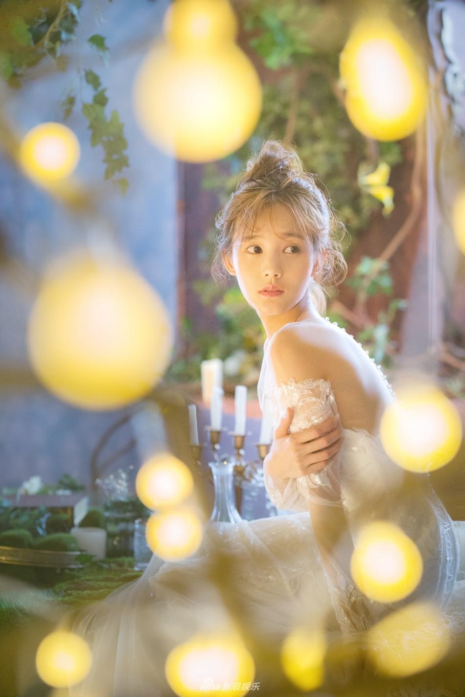 """次拍摄以""""爱情童话""""为主题,李一桐身穿白色婚纱穿梭在丛林中,"""