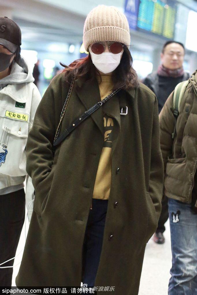 组图:白百何全副武装露脸机场 口罩遮面几乎认不出