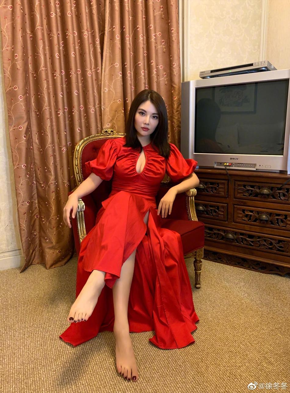 组图:徐冬冬着红色礼服秀性感身材 抛开偶像包袱嘟嘴搞怪