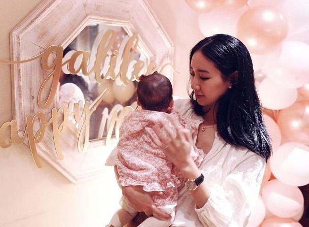 吴雨霏为二胎女儿举办百日宴 现场布满气球鲜花十分温馨