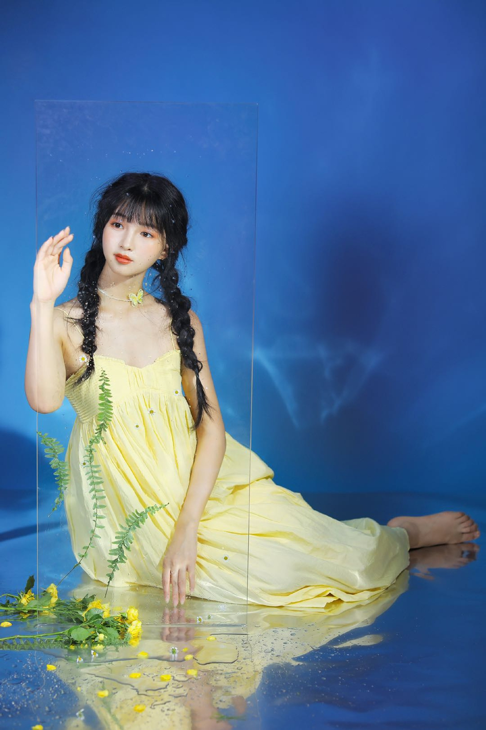 组图:《青春环游记》春游少女张为为灵动大片 麻花辫少女感十足