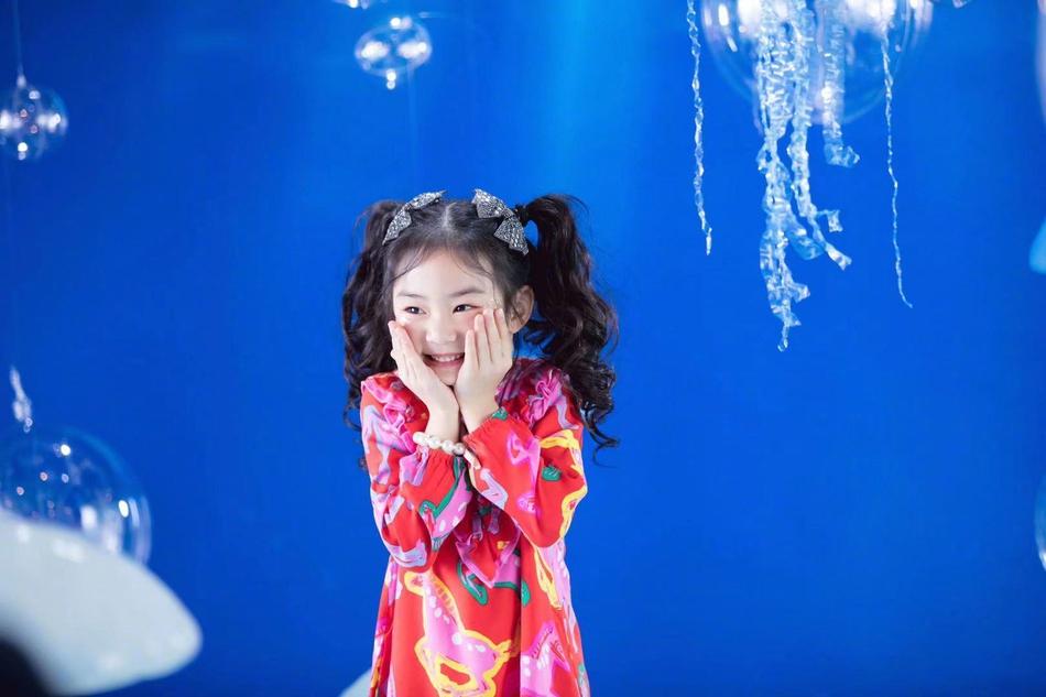 幸运6岁生日照片曝光小精灵可爱而且越来越漂亮