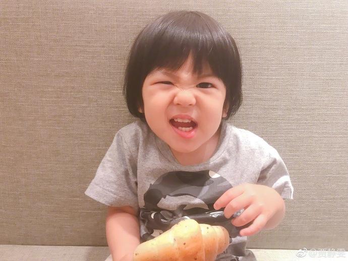贾静雯晒Bo妞吃面包搞怪萌照 萌宝大眼灵动长出满口大白牙