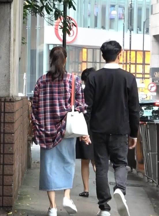 体贴好老公!张智霖陪老婆逛街买家具 手牵手甜蜜不变