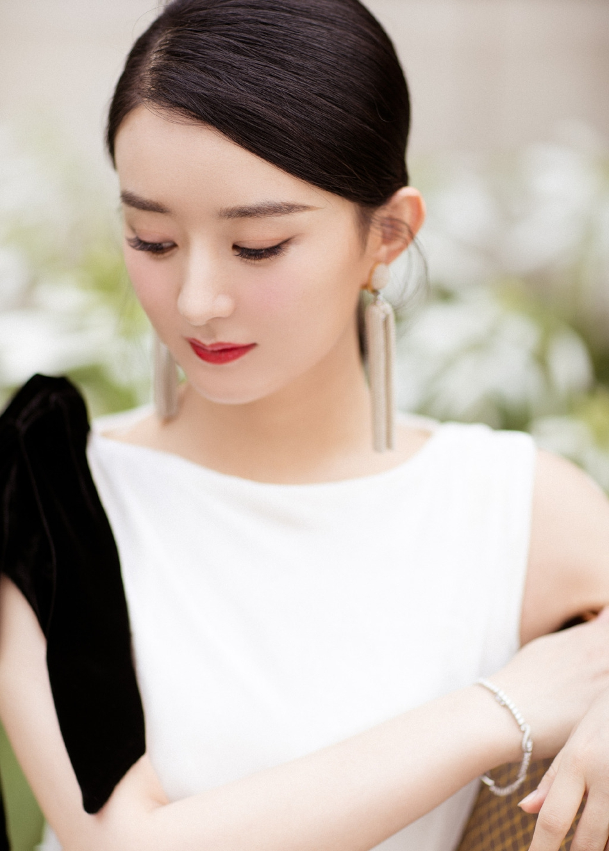 组图:赵丽颖复工了!一身白色长裙优雅亮相当妈后更美了