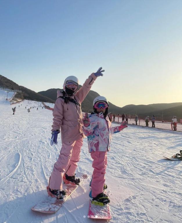 李小罗 带女儿滑雪的样子像姐妹8岁甜蜜的暴风雨一样高