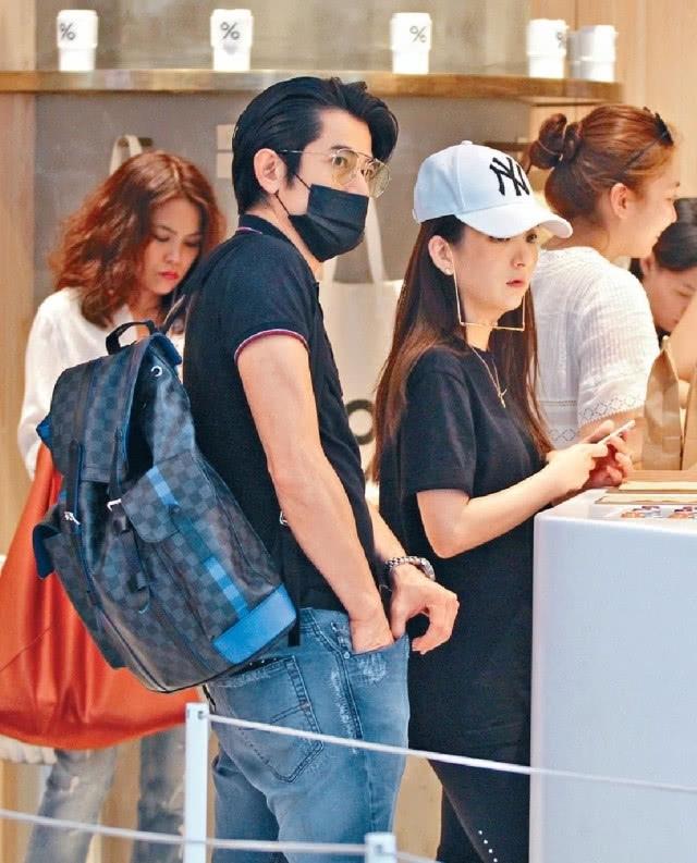 郭富城与爱妻方媛低调外出逛街 挽手臂整理造型恩爱秀不停