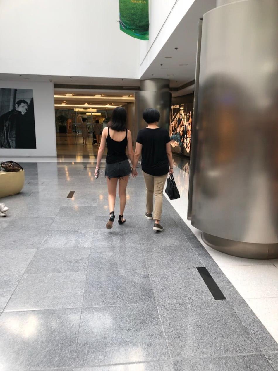李咏爱妻哈文与女儿逛街被偶遇 全程手拉手亲密似好姐妹