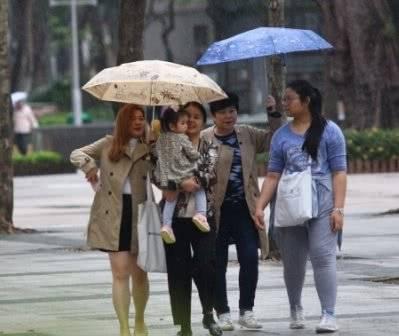 郭富城2岁爱女公园游玩 4人陪护获小公主待遇