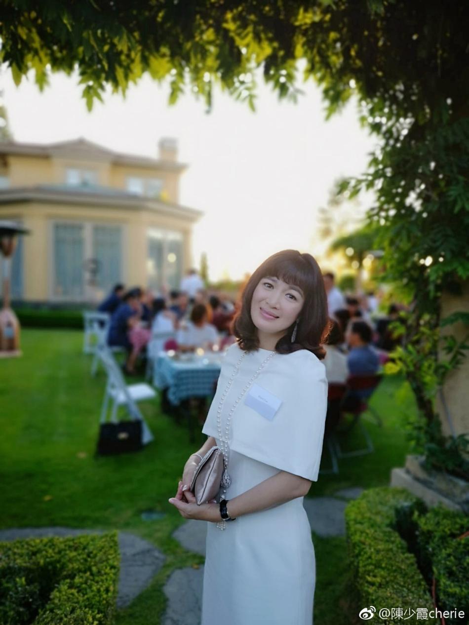 双儿陈少霞与富豪老公参加花园派对 身材窈窕浅笑迷人