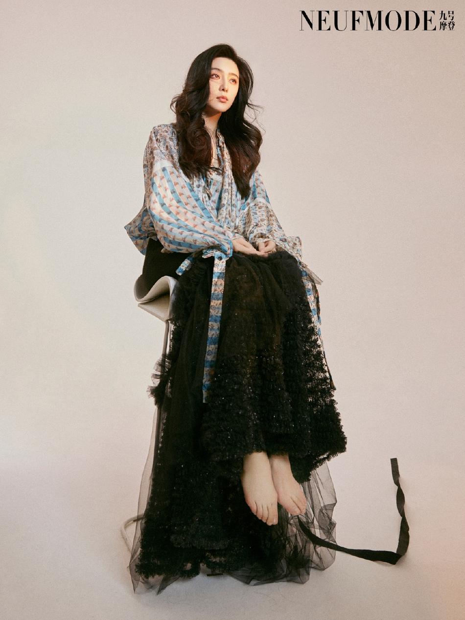 范冰冰最新杂志大片曝光 穿印花衬衫黑纱裙赤脚出镜吸睛十足