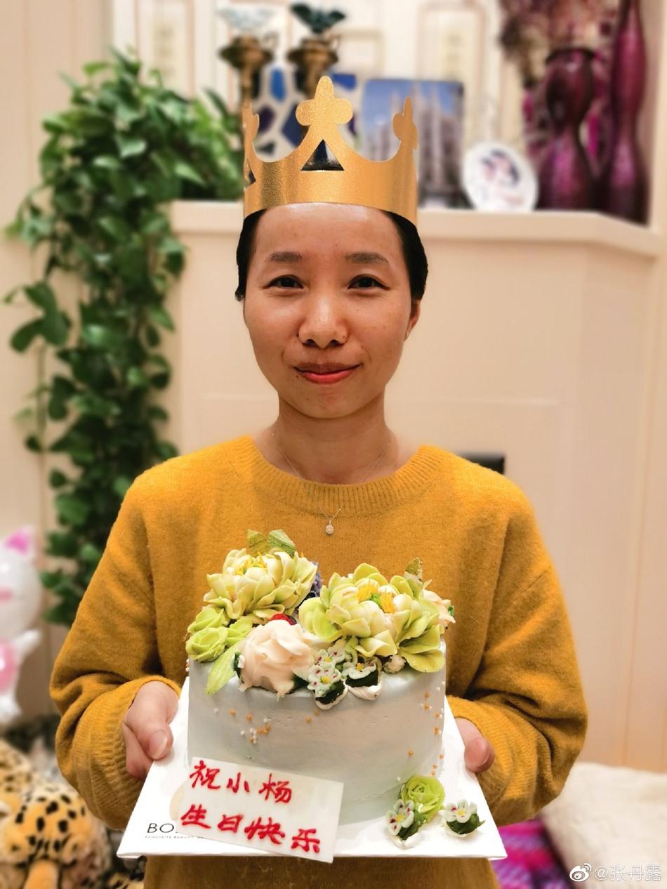 赵文卓一家为保姆的生日准备了蛋糕 并送来了珠宝项链