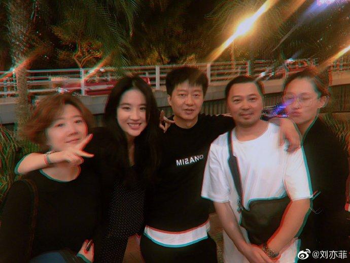 组图:刘亦菲晒头戴发卷搞怪自拍 与友人合影美丽又可爱