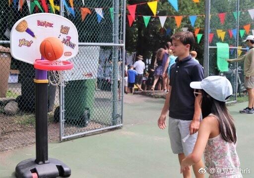 夏克立携女度假游集会 夏天打网球玩飞镖超开心