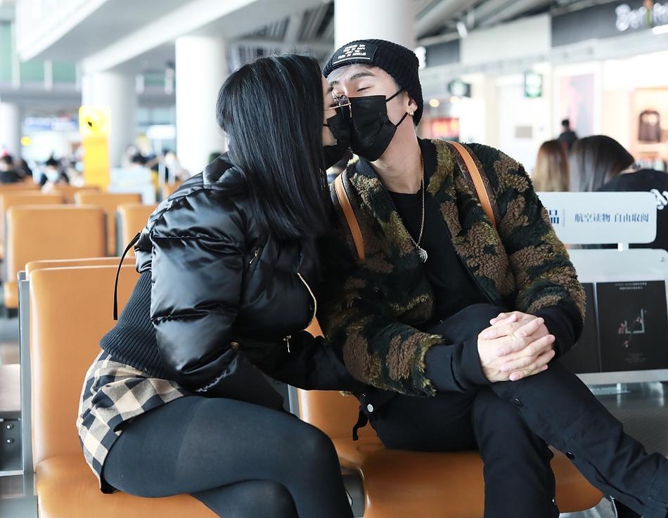 中里蒂·张伦锡牵着手出现在机场 大方地吻了照相机