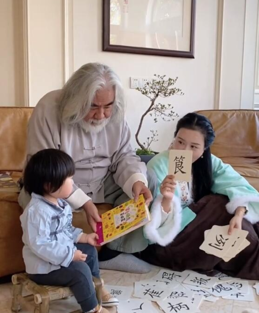 张纪中夫妇教孩子写字 称赞妻子是熟悉教育的好妈妈