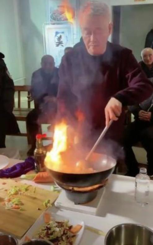 你自己为剧组做饭吗?63岁的赵本山料理不小心打翻了酱油瓶