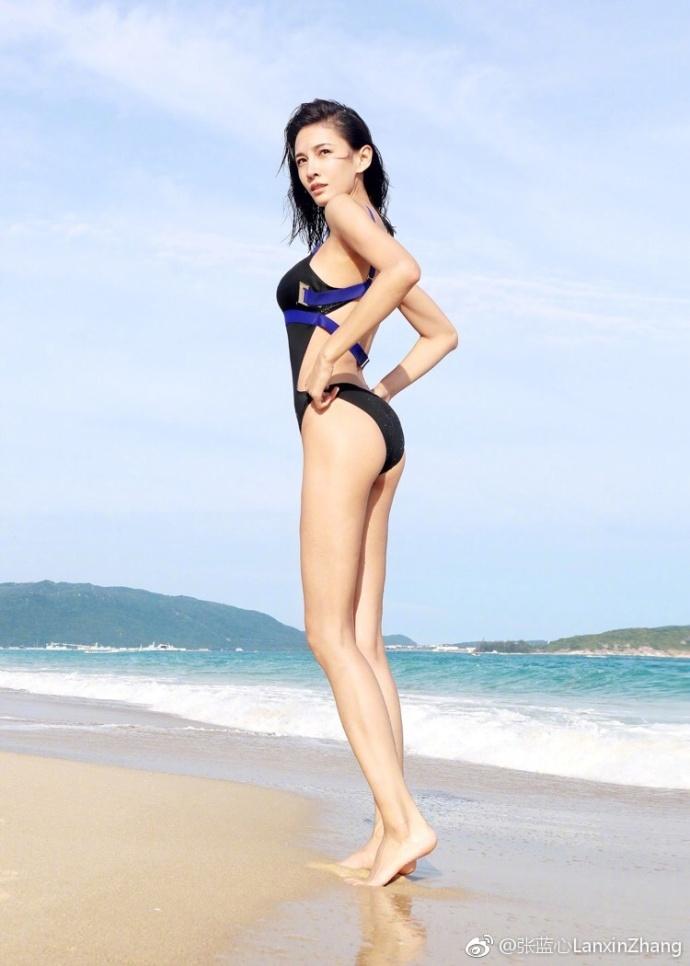 高清套图:张蓝心晒海滩比基尼照 傲人上围身材火辣大秀长腿