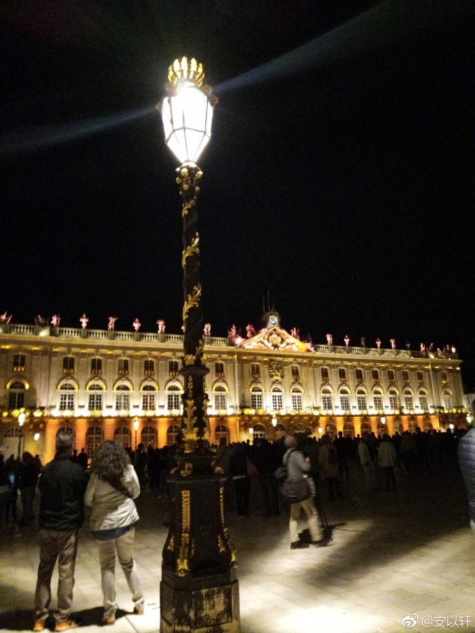 """8月22日,安以轩晒出一组法国夜景的照片,配文称""""我……真的是图片"""