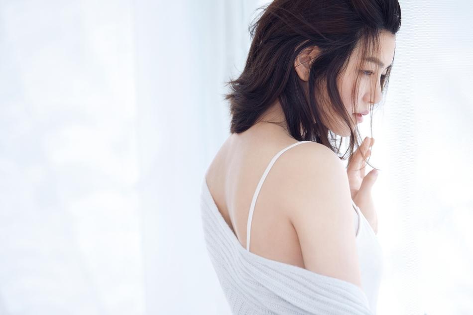 组图:陈妍希性感大片夏日绽放 清新随性大秀美腿