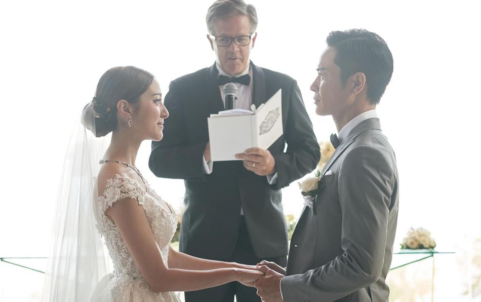 """""""八爷""""郑嘉颖巴厘岛迎娶陈凯琳 新娘深V丰满幸福甜蜜"""