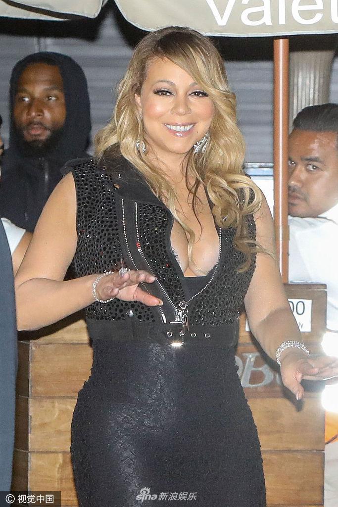 高清套图:玛丽亚-凯莉黑色长裙篮球奶高耸 对镜头甜笑摸臀