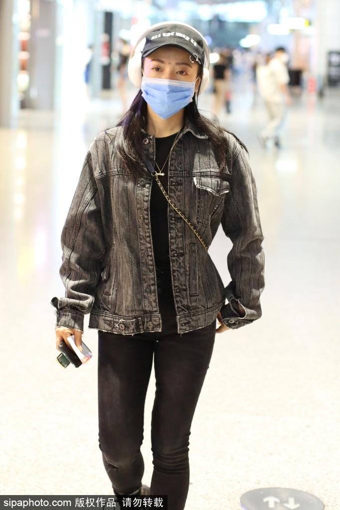 组图:丁当穿牛仔外套搭黑色牛仔裤现身机场造型休闲低调