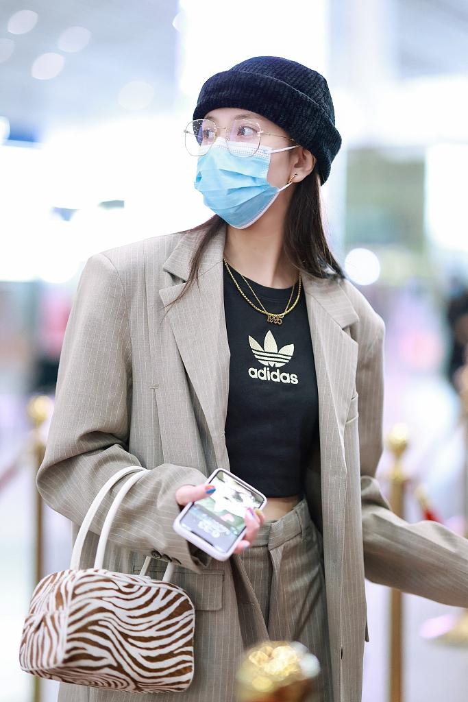 组图:宋妍霏穿格纹西装走路带风超飒 单手插兜扮酷机场秒变秀场