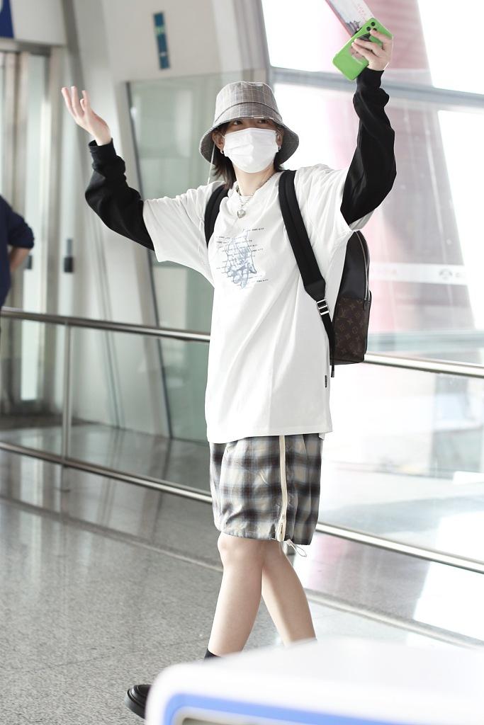 组图:李斯丹妮男友风穿搭抱手臂扮酷 向粉丝挥手示意满满亲和力