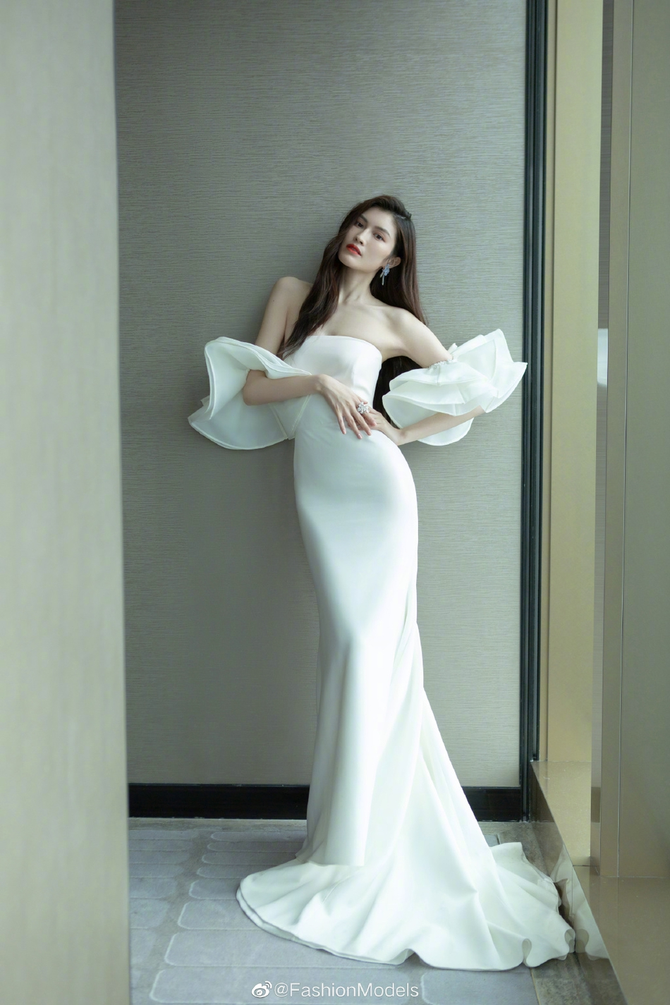 白色抹胸荷叶边鱼尾裙,在人群