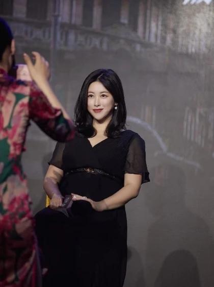 朱珠懷孕7個月穿禮服高跟鞋營業 畫精致妝容上臺階不用攙扶