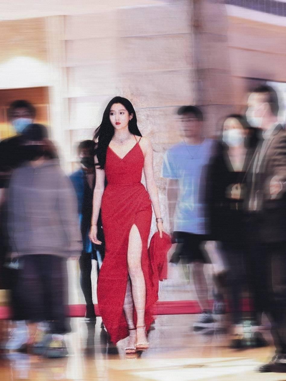 绝美!关晓彤穿开衩红裙变身红玫瑰 妩媚动人步步生花