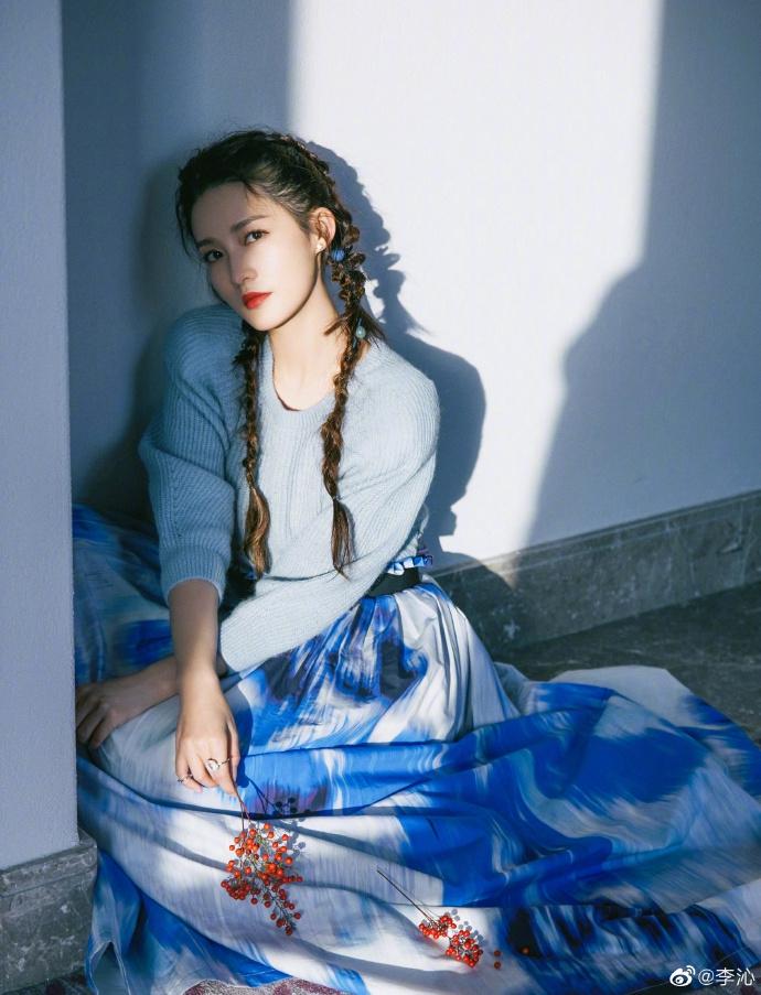 秦丽的冬季情歌曝光 穿着蓝白扎染的连衣裙 似乎是一个