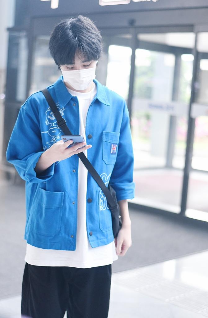 组图:姚景元外披蓝色衬衫斜背挎包 风格清爽好似邻家男孩