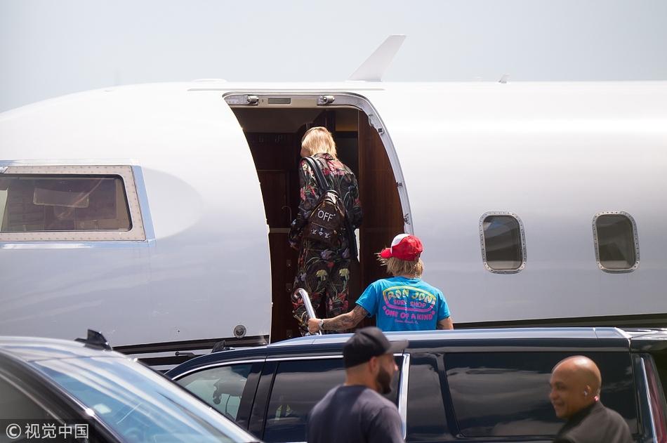 壕气比伯携未婚妻乘私人飞机 一前一后超默契